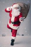Santa Claus-het lopen royalty-vrije stock foto's
