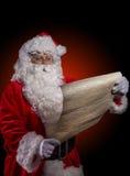 Santa Claus-het stellen op donkerrode achtergrond Royalty-vrije Stock Fotografie