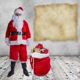 Santa Claus-het stellen op houten achtergrond Stock Afbeelding