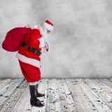 Santa Claus-het stellen op houten achtergrond Stock Fotografie