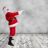 Santa Claus-het stellen op houten achtergrond Royalty-vrije Stock Afbeelding