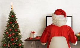 Santa Claus-het werk hard tijdens Kerstmis Kerstboom en gift naast Royalty-vrije Stock Afbeelding