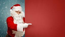 Santa Claus heureuse indique une bannière vide avec à l'espace de copie photos libres de droits