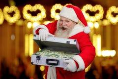 Santa Claus heureuse sur le fond brouillé photographie stock libre de droits