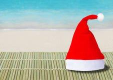Santa Claus-hoed op strandachtergrond royalty-vrije stock foto's