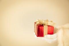 Santa Claus Holding Gift Box Foto de archivo libre de regalías