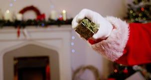 Santa Claus Holding Gift Box almacen de metraje de vídeo