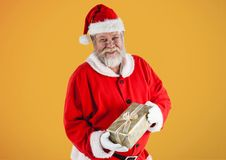 Santa Claus Holding Gift Box Fotografia Stock Libera da Diritti