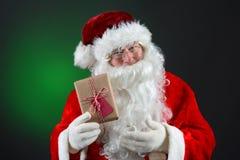 Santa Claus Holding Present Fotografía de archivo libre de regalías
