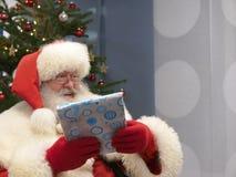 Santa Claus Holding reale un regalo Fotografia Stock Libera da Diritti