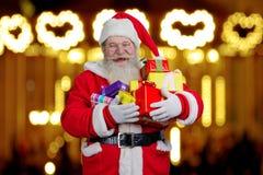 Santa Claus-holdingsdozen met giften Royalty-vrije Stock Foto's