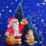 Santa Claus holt Geschenke und die Bell-Gebührn lizenzfreie stockfotos