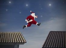 Santa Claus hoppar Arkivfoto