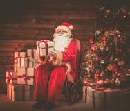 Santa Claus in houten huisbinnenland Stock Foto's