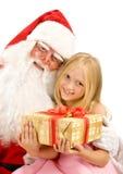Santa Claus Hugging una muchacha que sostiene una caja de regalo en un Backgro blanco fotografía de archivo libre de regalías