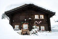 Santa Claus-huis met sneeuw wordt behandeld die royalty-vrije stock foto's
