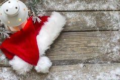 Santa Claus-Hut auf Hintergrund der hölzernen Bretter der Weinlese Weihnachts Stockbild