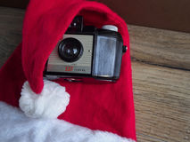 Santa Claus-Hut mit Kamera Stockfoto