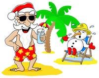 Santa Claus i bałwan przy bożymi narodzeniami na wakacje przy plażą Zdjęcia Royalty Free