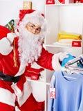 Santa Claus i klädlager. Arkivbild