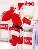 Santa Claus i klädlager. Arkivbilder