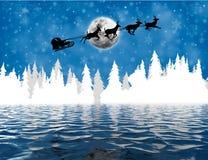 Santa Claus i släde över sjön Royaltyfri Bild