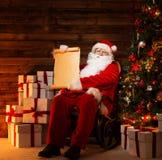 Santa Claus i trähemmiljö Arkivfoton