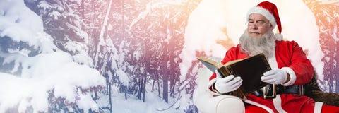 Santa Claus i vinter med boken Arkivbilder
