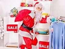 Santa Claus im Bekleidungsgeschäft. Stockbild
