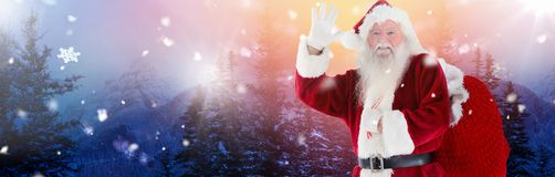 Santa Claus im Winter mit Sack Lizenzfreies Stockfoto