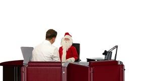 Santa Claus ist kranker, messender Doktors Blutdruck und Geben von schlechten Nachrichten, gegen Weiß, Gesamtlänge auf Lager stock footage