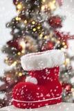 Santa Claus kängaslut upp julträd i bakgrund Royaltyfri Bild