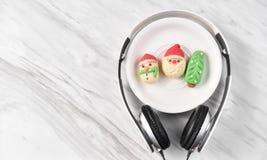 Santa Claus kakor i en vit platta Arkivfoton