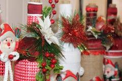 Santa Claus kleedde zich in rood en wit, klaar om Kerstmis te vieren Royalty-vrije Stock Foto's