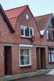 Santa Claus klettert in das Haus vor Weihnachten, um Geschenke in Belgien einzusetzen stockbild