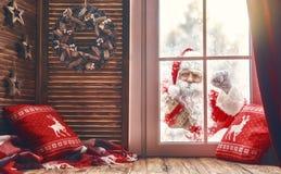 Santa Claus knackar på fönstret Royaltyfri Bild