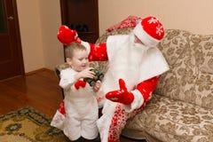 Santa Claus kom att besöka Fotografering för Bildbyråer