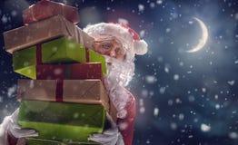 Santa Claus kommer med massor av gåvor Arkivbilder
