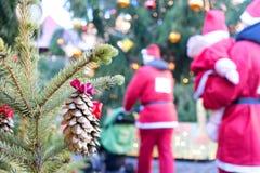Santa Claus kommt zu einem Pelzbaum auf einem Hintergrund von Bäumen und Stockbild