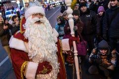 Santa Claus komt de burgers op de straat samen Stock Foto