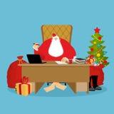 Santa Claus kontor Jularbete Skrivbord- och stolframstickande morfar Royaltyfri Fotografi