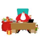 Santa Claus kontor Jularbete Skrivbord- och stolframstickande morfar Arkivfoto