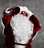 Santa Claus-Kopfschmerzenzeichen-Griffkopf mit den Händen krank Neues Jahr und frohe Weihnachten stockbilder