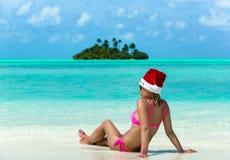 Santa Claus kvinna på stranden Royaltyfria Foton