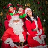 Santa Claus kvinna som ler älvahjälpredan Royaltyfri Foto