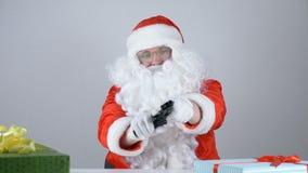 Santa Claus lädt das Gewehr neu und strebt die Kamera 50 fps an stock video footage