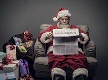 Santa Claus läs- ekonominyheter Fotografering för Bildbyråer