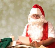 Santa Claus läsningbokstäver Fotografering för Bildbyråer
