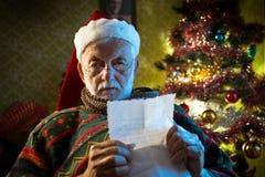Santa Claus läsningpost Fotografering för Bildbyråer