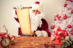 Santa Claus läsningsnirkel Arkivbilder